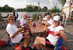 """De Griesen beim """"ungeduschten Bier"""" nach der 30km-Tagestour"""