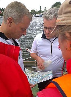 Besprechung des Fahrtenleiters Ralf Lange mit den Obleuten vor Beginn der Fahrt